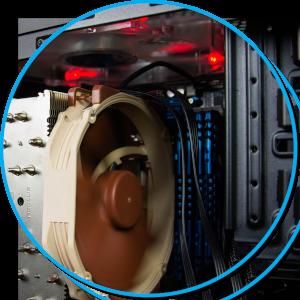 Offener Computer mit Lüfter und Motherboard