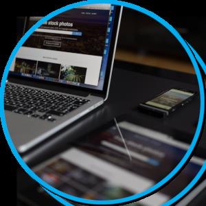 Laptop, Smartphone und Tablet mit Webseiten